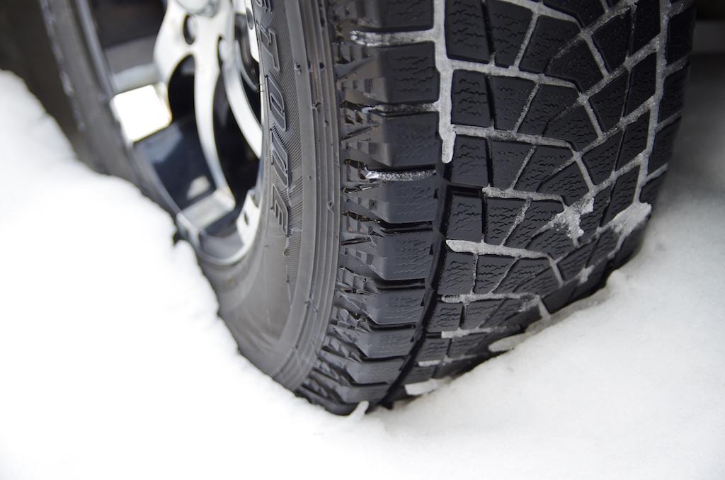 雪の上のタイヤ
